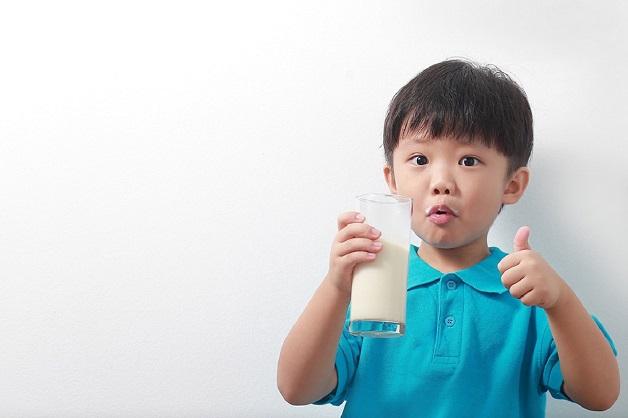 Chọn sữa cho trẻ biếng ăn 2 tuổi nên ưu tiên loại cung cấp năng lượng, bổ sung nhiều dưỡng chất
