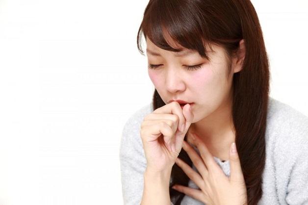 Trào ngược dạ dày gây ho đờm xảy ra do thức ăn và axit trong dạ dày chị trào ngược lên thực quản tạo điều kiện cho vi khuẩn gây viêm tạo thành đờm