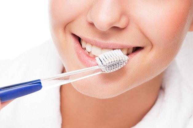 Vệ sinh răng miệng ít nhất hai lần mỗi ngày để phòng ngừa nấm miệng do trào ngược dạ dày