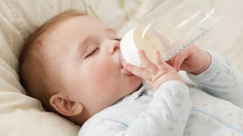 Trẻ 1 tuổi biếng ăn chỉ uống sữa: hệ lụy không ngờ tới