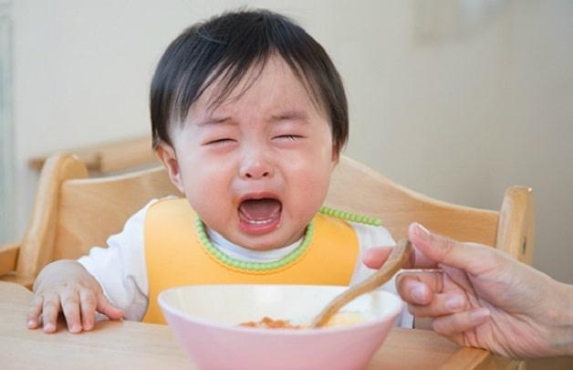 Trẻ 1 tuổi biếng ăn phải làm sao - Trẻ quấy khóc trong bữa ăn