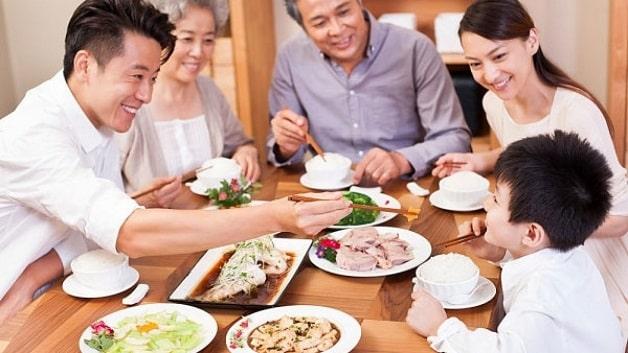 Trẻ 1 tuổi biếng ăn phải làm sao- Tạo không khí vui vẻ trong bữa ăn
