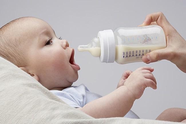 Sữa là nguồn cung cấp nước chính cho trẻ, thiếu nước dễ gây tình trạng táo bón