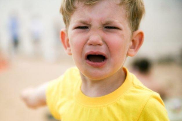 Trẻ 3 tuổi hay quấy, khóc sẽ có các đặc điểm như: Trẻ đang ngủ ngoan bỗng giật mình và lăn lộn, giãy dụa, mắt nhắm và khóc nức nở.