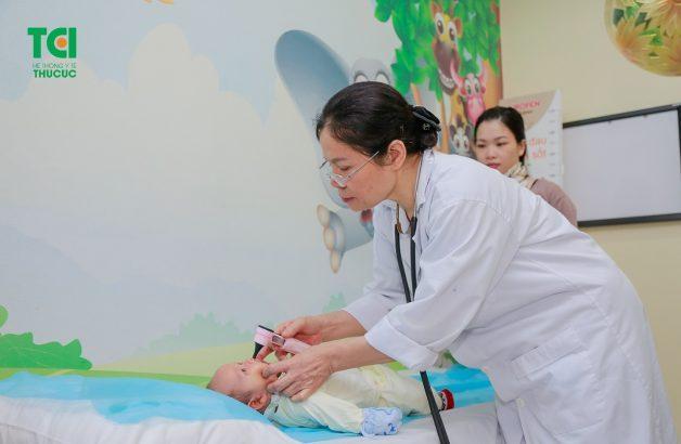 Đưa trẻ đi thăm khám vì đôi khi táo bón là dấu hiệu cảnh báo một số bệnh về đường ruột của trẻ
