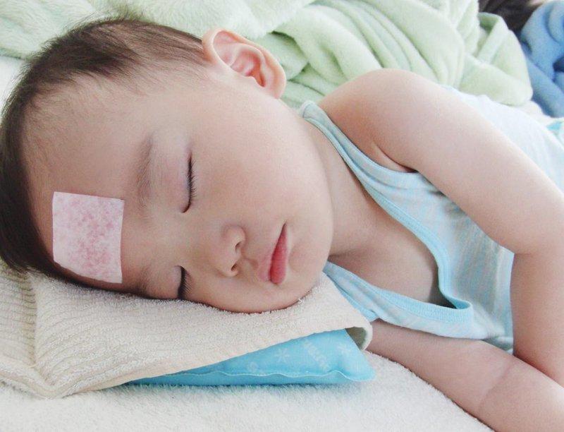 Khi bị sốt, cần cho trẻ mặc thoáng đãng