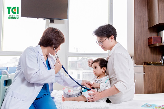 Trẻ bị sốt có nên tắm không là thắc mắc của nhiều ông bố, bà mẹ