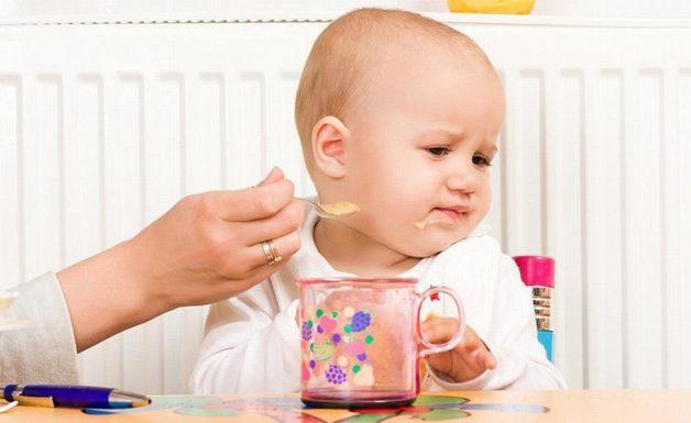 Trẻ biếng ăn có dấu hiệu rất dễ nhận biết