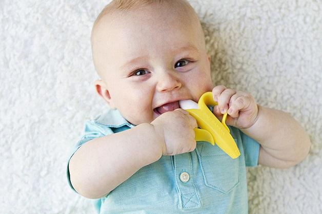 Trẻ mọc răng quấy khóc phải làm sao? Hãy cho trẻ gặm đồ vật đã được khử trùng để giảm tình trạng ngứa nướu
