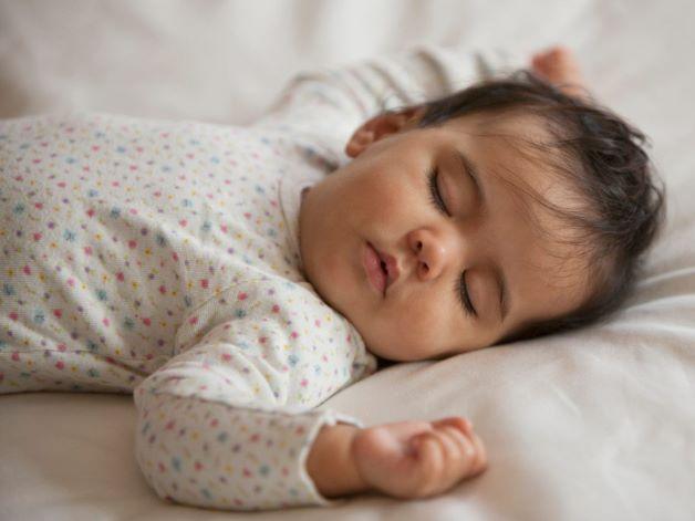 Cho bé mặc quần áo thoải mái, chất liệu mềm mại, thấm hút mồ hôi là một cách phòng ngừa rôm sảy cho bé.