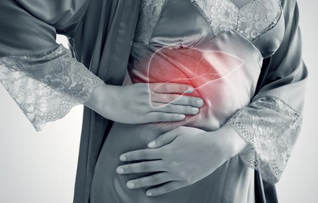 Đau vùng hạ sườn phải là một trong những dấu hiệu đặc trưng của bệnh lý về gan