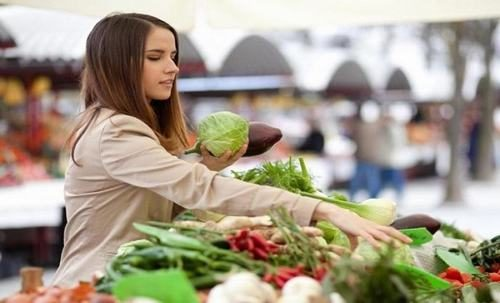 Lựa chọn thực phẩm an toàn là một trong những cách giúp phòng ngộ độc thực phẩm
