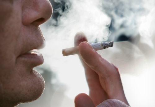 Bệnh viêm đại tràng có liên quan tới thuốc lá. Việc hút thuốc thường xuyên khiến bệnh ở đại tràng xuất hiện sớm và tiến triển nặng dần lên.