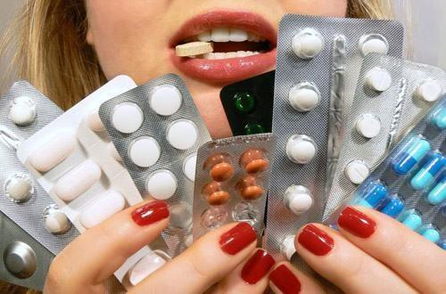 Việc dùng thuốc trong thời gian dài như các thuốc giảm đau không chứa steroid, thuốc tránh thai hàng ngày... có thể làm nặng thêm các triệu chứng bệnh viêm đại tràng.