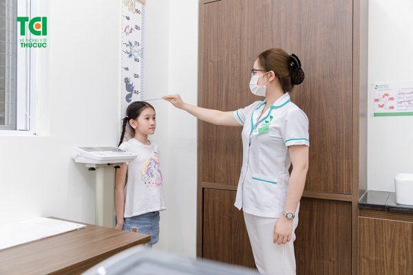 Tại bước đầu tiên trong quy trình khám dinh dưỡng, trẻ sẽ được thăm khám lâm sàng, đo chiều cao cân nặng và phân tích chỉ số BMI