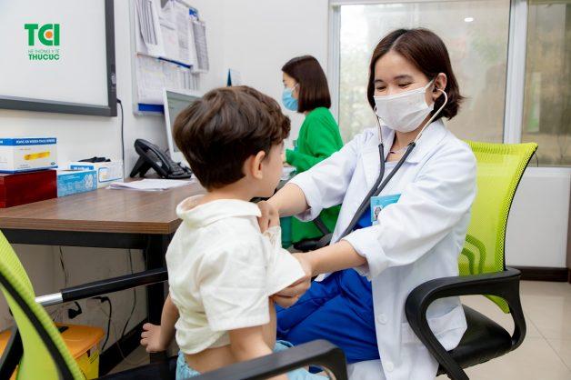 Phụ huynh nên đưa trẻ đến thăm khám bác sĩ để được tư vấn lượng sắt phù hợp với cơ thể con