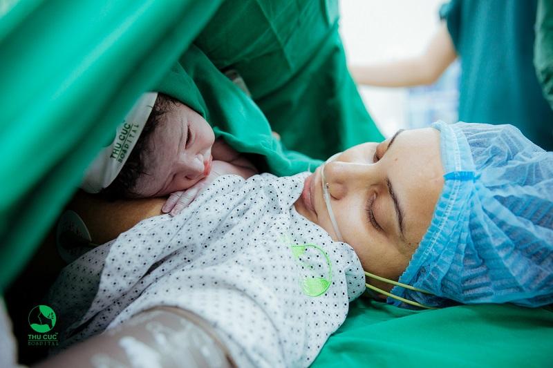 Tại Bệnh viện Thu Cúc, công đoạn bé kề da mẹ và bố rất được chú trọng bởi những lợi ích tuyệt vời của của phương pháp áp da mang lại cho bé.