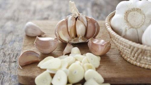 Tỏi có tính chất kháng khuẩn, kháng virus mạnh mẽ có thể giúp cải thiện tình trạng ngộ độc thực phẩm.