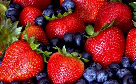 Dâu tây và việt quất là một trong những loại trái cây tốt cho người bệnh sau phẫu thuật sa ruột
