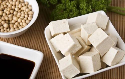 Theo nghiên cứu gần đây của các chuyên gia, ăn đậu phụ thường xuyên có thể giảm đến 90% nguy cơ mắc bệnh ung thư dạ dày. Còn đối với người đã mắc ung thư dạ dày, việc thường xuyên ăn đậu phụ sẽ giúp kiểm soát bệnh, ngăn ngừa tiến triển và tái phát.