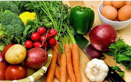Rau củ quả tươi dồi dào hàm lượng vitamin, chất khoáng, chất xơ giúp tăng cường chất đề kháng, tốt cho hệ tiêu hóa, giúp người ung thư dạ dày đẩy lùi sớm bệnh.