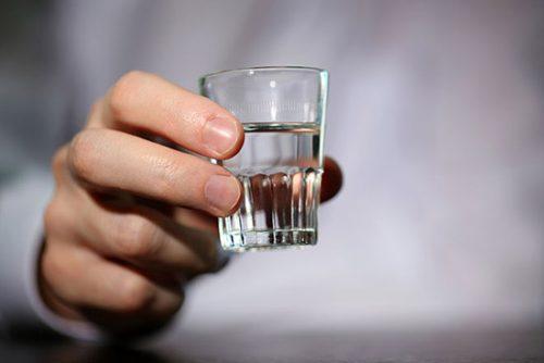Sau mổ ruột thừa, người bệnh tuyệt đối không được sử dụng các chất kích thích như rượu bia, cà phê, thuốc lá, nước có ga, nước tăng lực...