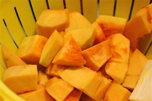 Thực phẩm giàu beta-caroten giúp vết thương sau mổ ruột thừa mau lành, không bị nhiễm trùng. Người bệnh nên ăn nhiều bí đỏ, khoai lang, cà rốt, đu đủ,…