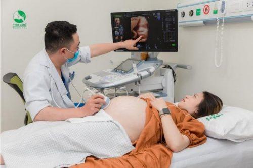 Mẹ phát hiện tình trạng dây rốn quấn cổ thông qua việc khám thai định kỳ và siêu âm định kỳ. bà bầu không nên với tay cao