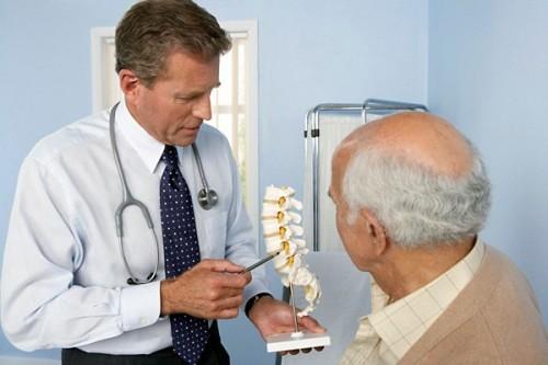 Khi có dấu hiệu đau lưng trong thời gian dài, bạn nên đi thăm khám bác sĩ để điều trị kịp thời
