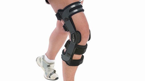 Sử dụng các dụng cụ bảo vệ khớp cũng giúp ngăn chấn thương, va đập gây đau