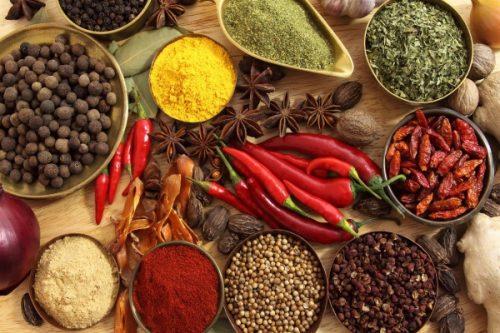 Người bệnh viêm đại tràng cần kiên ăn các loại gia vị chua, cay, nóng như ớt, tiêu, gừng, tỏi...