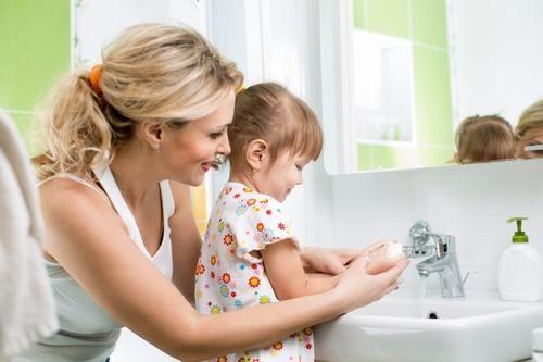 Cha mẹ cần chú ý vệ sinh tay cho trẻ sạch sẽ để phòng ngừa nguy cơ mắc các bệnh đường ruột