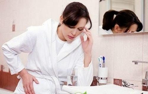Khi bị sa dạ dày người bệnh sẽ thấy xuất hiện triệu chứng đau thượng vị, buồn nôn và nôn, mệt mỏi