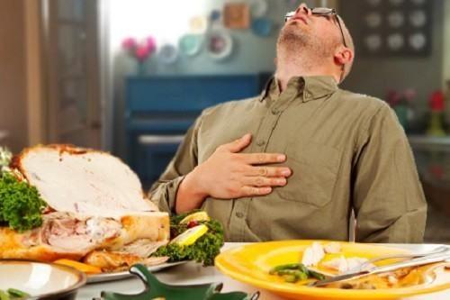 Ăn quá no, lao động quá sức... là những nguyên nhân gây sa dạ dày