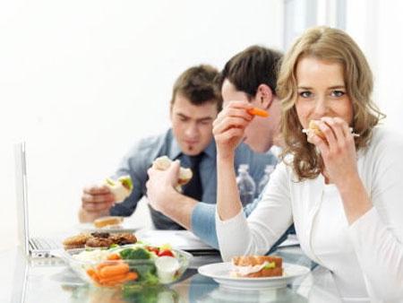 Dùng chung bát đũa, ăn cùng mâm với người bệnh viêm loét dạ dày rất dễ lây do vi khuẩn Hp