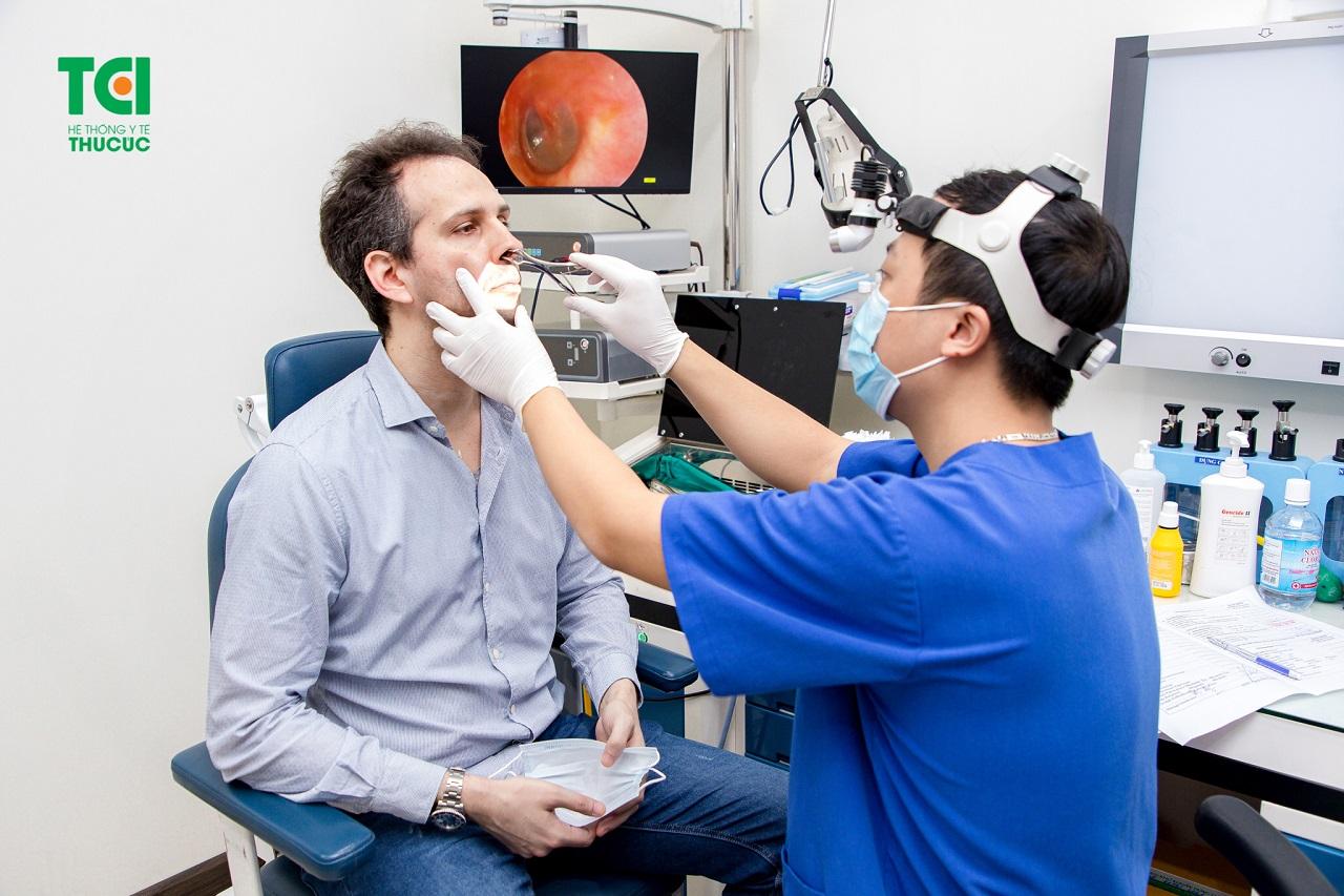 Bác sĩ khám tai mũi họng cho bệnh nhân tại Hệ thống Y tế Thu Cúc