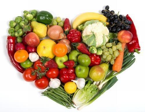Khi tìm hiểu bị apxe hậu môn nên ăn gì, người bệnh nên nghĩ ngay đến các loại thực phẩm giàu chất xơ tự nhiên. Chất xơ có tác dụng rất lớn trong việc thúc đẩy hệ tiêu hóa hoạt động trơn tru, làm mềm phân, giúp các chất cặn bã trong cơ thể dễ dàng đào thải ra ngoài. Do đó, chất xơ có thể chống táo bón rất tốt, cải thiện tình trạng đau rát hậu môn. Chất xơ thường có nhiều trong rau xanh, trái cây tươi như: Súp lơ xanh, đậu Hà Lan, rau chân vịt, cà rốt, bí đỏ, bơ, chuối, táo,…