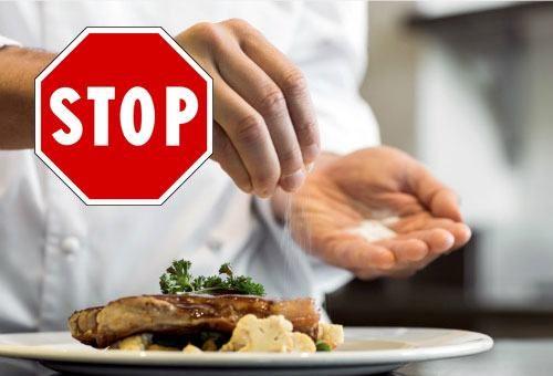 Trong thời gian chữa trị bệnh apxe hậu môn với việc sử dụng các thuốc theo chỉ định của bác sĩ, người bệnh nên ăn các loại thức ăn nhạt, được chế biến với rất ít muối hoặc không có muối. Việc này sẽ giúp ngăn chặn nguy cơ táo bón, người bệnh đại tiện dễ dàng, hạn chế hoặc loại bỏ tình trạng đau rát ở hậu môn. Từ đó hỗ trợ điều trị apxe hậu môn rất hữu hiệu. Loại bỏ các món ăn chế biến sẵn cũng rất cần thiết vì chúng thường chứa nhiều muối và gia vị. Ngoài ra, hải sản, thịt bò, đồ cay nóng, đồ nếp cũng nên hạn chế ăn bởi chúng cản trở việc lành vết thương và dễ để lại sẹo.