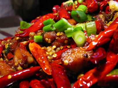 Các đồ ăn cay nóng dễ làm tăng kích thích, mài mòn niêm mạc dạ dày, làm loét thành mạch dạ dày. Bệnh dạ dày sẽ trở nên nghiêm trọng hơn khi bạn ăn nhiều thực phẩm cay nóng.