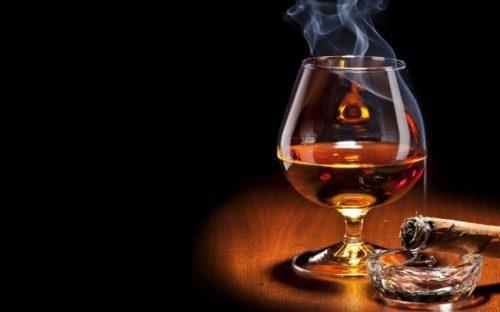 Đồ uống có ga, đồ uống lên men, đồ uống cay nóng... đều cần tránh sử dụng khi mắc bệnh dạ dày. Đặc biệt, người bệnh cần kiêng các thức uống chứa thành phần chất kích thích như caffeine và cồn, chẳng hạn rượu, bia, cafe, nước chè... Chất caffeine làm tăng sản xuất acid dạ dày, có thể làm tăng kích thích và gây ra những cơn đau dạ dày. Rượu có thể gây kích ứng và mài mòn niêm mạc dạ dày và dẫn đến tình trạng chảy máu từ vết loét trong dạ dày.