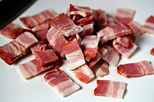 Với người bị viêm đường ruột, không nên dung nạp vào cơ thể món thịt xông khói, thịt ướp muối hay các món thịt chế biến sẵn chứa nhiều chất béo. Vì những loại thực phẩm này cung cấp ít dinh dưỡng, trong khi hàm lượng chất béo cao của chúng có thể làm nặng thêm tình trạng tiêu chảy. Thay vào đó, bạn có thể chọn thực phẩm giàu chất đạm khác như cá, đậu nành...