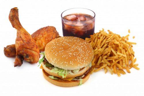 Nước ngọt có ga, đồ ăn nhanh, đồ ăn chiên rán nhiều dầu mỡ,... người bệnh trĩ cần kiêng.