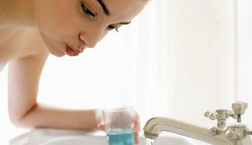 Vệ sinh răng miệng, họng sạch sẽ hàng ngày sẽ giúp cải thiện sớm tình trạng đau rát họng, khó nuốt