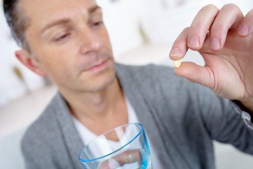 Người bệnh có thể sử dụng thuốc để điều trị chứng đau rát họng theo chỉ định của bác sĩ