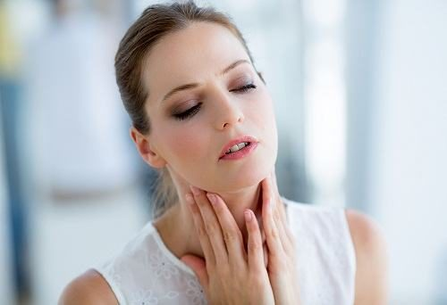 Đau rát họng khó nuốt có thể do mắc bệnh viêm họng, viêm thực quản hoặc viêm loét dạ dày thực quản...
