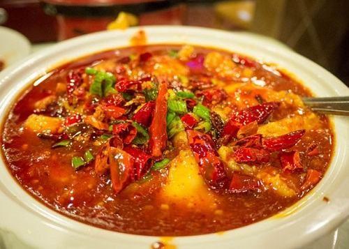 Thực phẩm cay nóng là những món ăn nên loại trừ khi tìm hiểu bị nứt kẽ hậu môn ăn gì và kiêng gì.