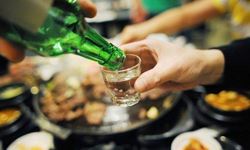 Các loại đồ uống có cồn như rượu bia, cà phê, trà và đồ uống có chứa cafein khác cần hạn chế tối đa.