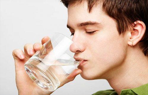 Bạn nên uống đủ 2-3 lít nước/ngày.