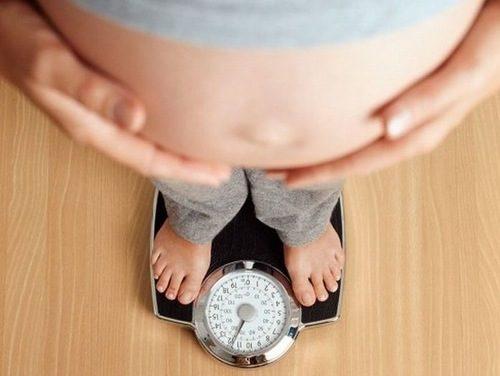 Kiểm soát cân nặng trong thời gian bầu bí cũng giúp cải thiện tình trạng trào ngược dạ dày