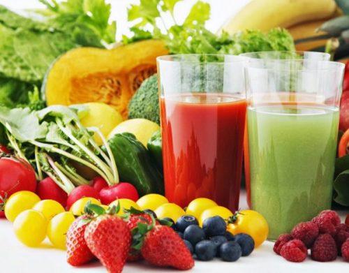 Nên uống nhiều nước lọc, nước canh, nước ép rau củ quả.